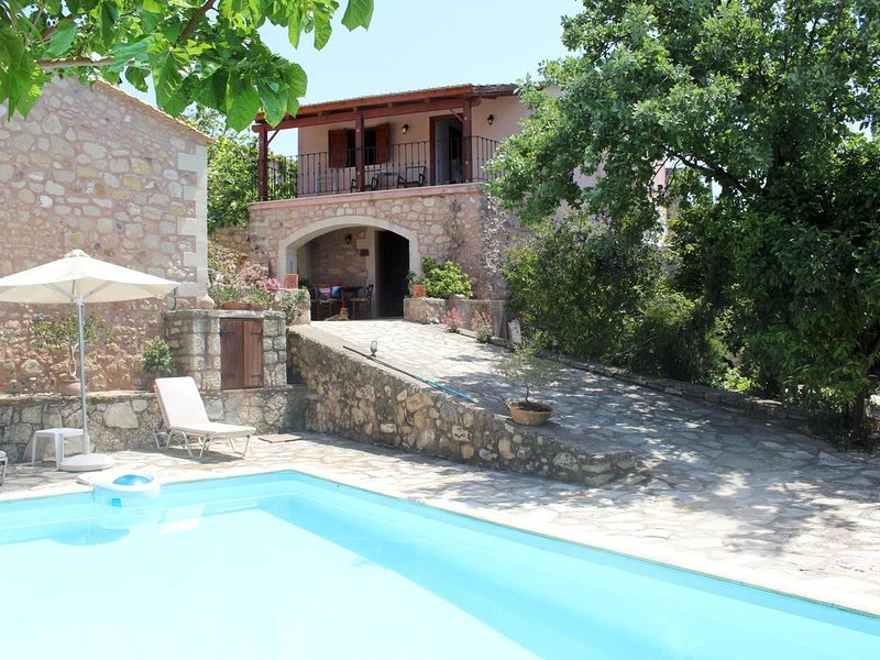 Inseltypisch gebautes Ferienhaus mit Pool, Garten, Wifi | Rethimno, Kreta, holiday rental in Mesi