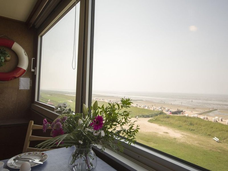 Seehund 15 - Klassische eingerichtete Ferienwohnung mit Seeblick und Schwimmbad, holiday rental in Nordholz