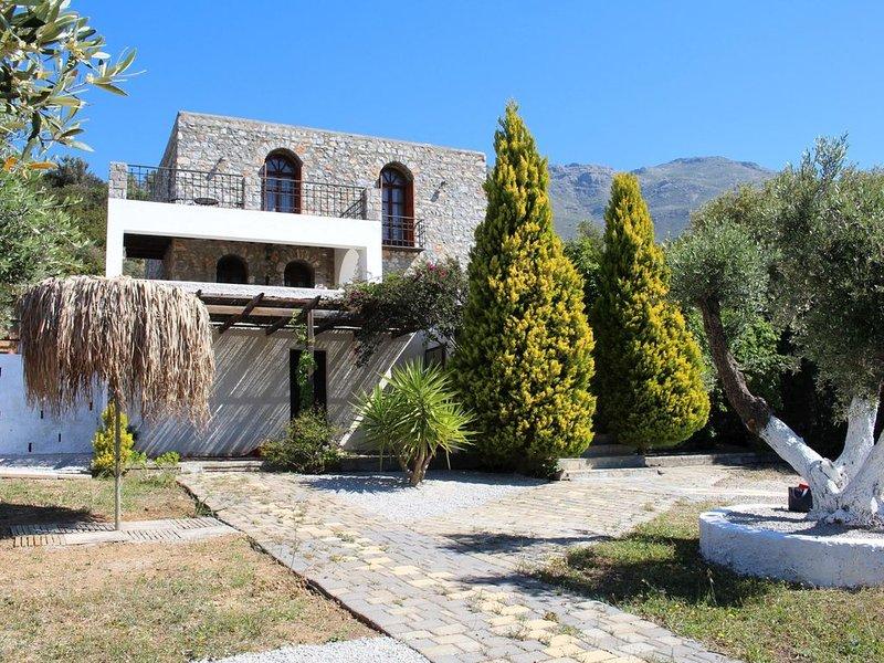 Komfortables Ferienhaus, großzügige Außenbereiche, Wifi | Triopetra, Kreta, vacation rental in Triopetra