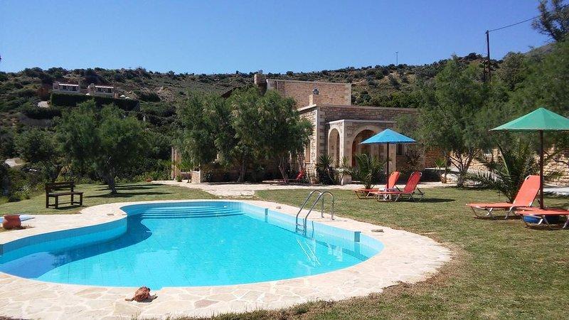 Ferienhaus mit Pool, großer Garten, idyllisch und ruhig, Wifi | Triopetra, Kreta, holiday rental in Kerames