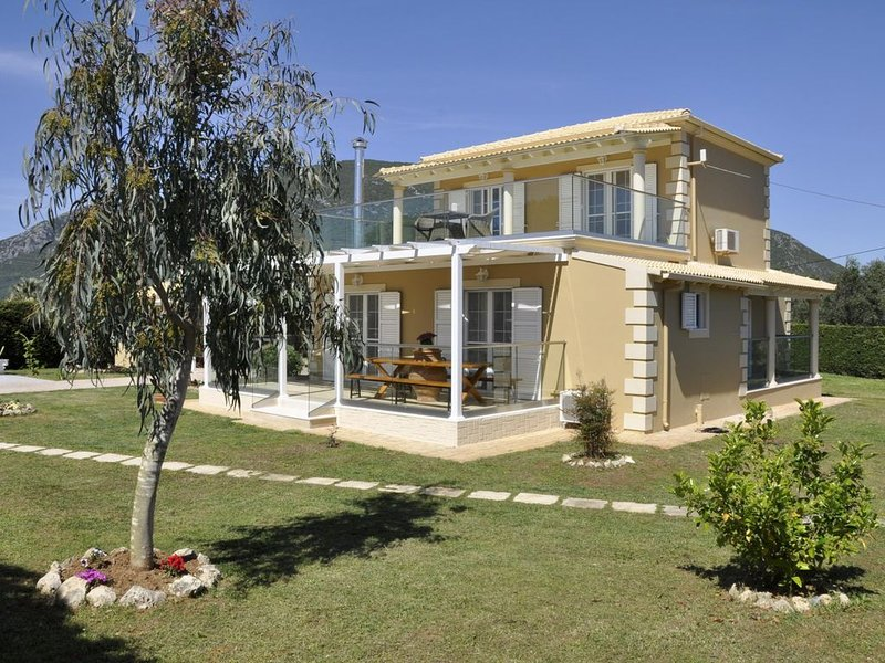 Luxuriöse Villa mit Pool und Garten, Wifi, 10 Personen, Halikounas, Korfu, holiday rental in Halikounas