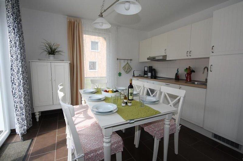 Modernes Ferienhaus mit Sonnenterrasse, direkt am See in Roebel /Mueritz, holiday rental in Gotthun
