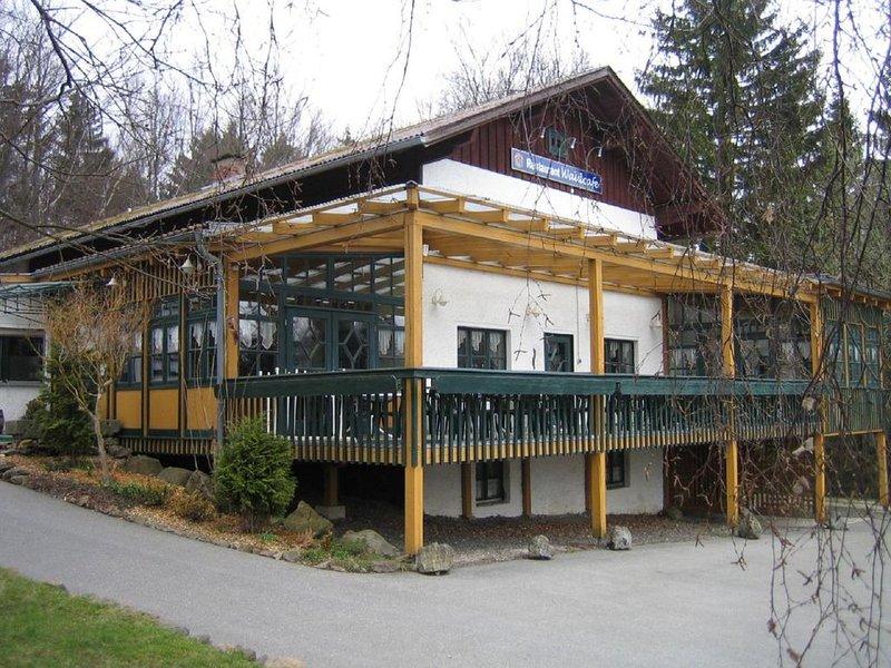 Schöne Ferienwohnung kombinierbar mit bis zu 6 Schlafzimmer und Erlebnisbad inkl, holiday rental in Treffelstein