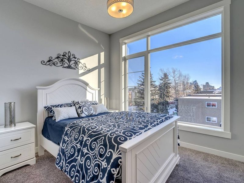 1133 Upper · ★ 3 Levels ★ 3.5 Baths ★ 5min to DT ★ Fireplace, vakantiewoning in Calgary