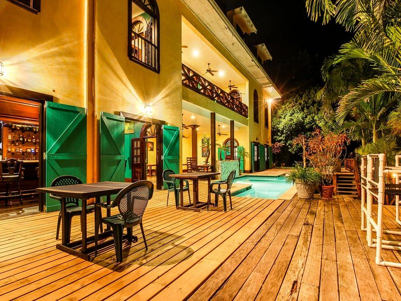 Two riverfront suites w/ shared infinity pool, balcony views, WiFi, AC - dogs OK, vacation rental in San Ignacio