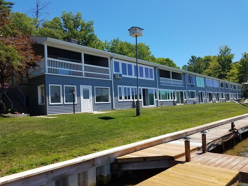 1 bedroom Condo on Clam Lake minutes to Torch Lake, holiday rental in Alden