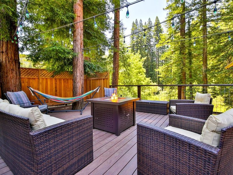 Maristella's Treehouse! Hot tub,Deck Walk to Golf., location de vacances à Guerneville