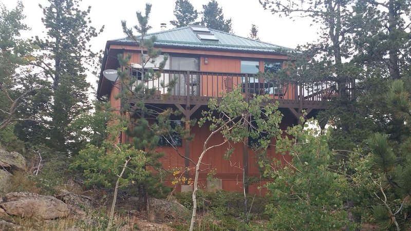 Secluded two story mountain home with beautiful views and spacious grounds, aluguéis de temporada em Red Feather Lakes