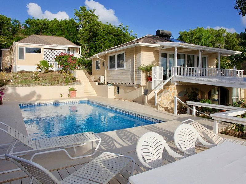 Galleon House - Luxurious with Maid Service & Pool on Beach, vakantiewoning in Mamora Bay