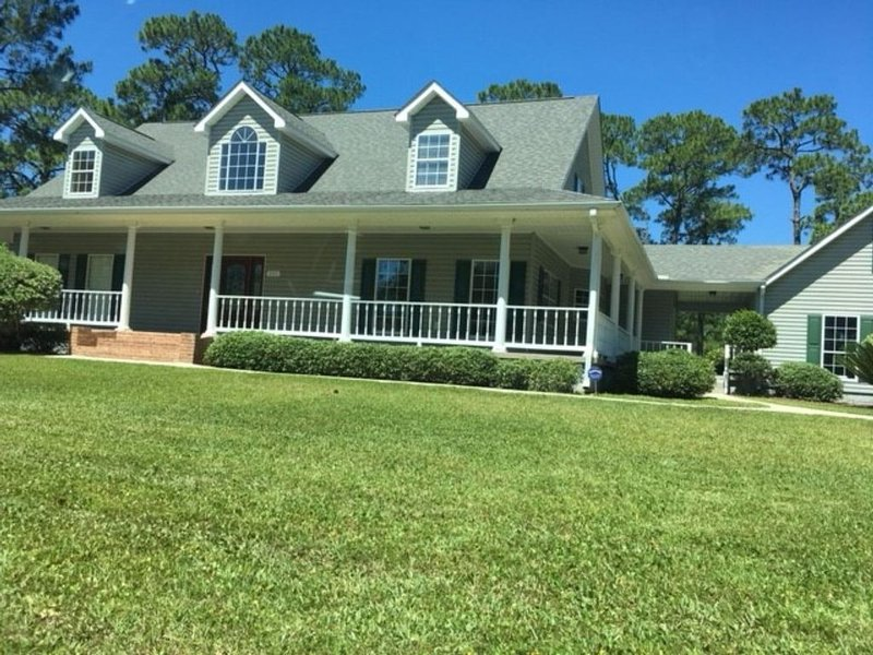 Beautiful Southern Style home On A Golf Course with Wrap Around Porches, holiday rental in Pass Christian
