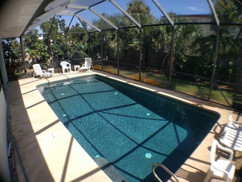 Great 2nd floor house apt. Beach is across road. Pool. Ocean breeze & sunrise., vacation rental in Satellite Beach