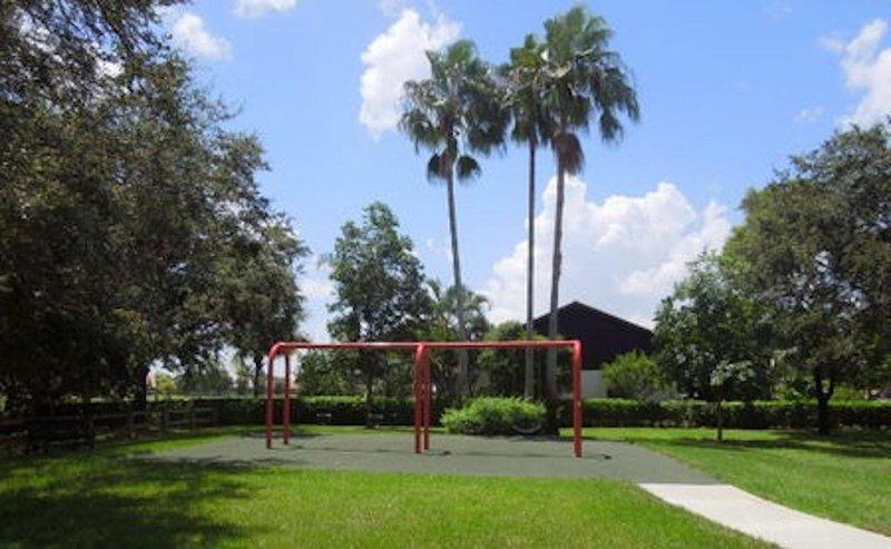 Des balançoires, des toboggans et une aire de pique-nique couverte dans le parc.