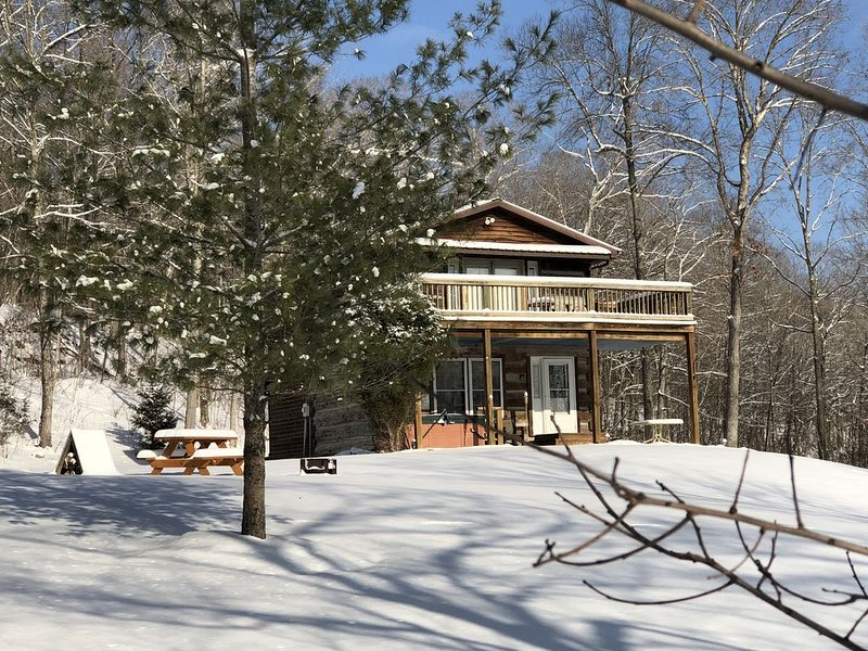 Rustic Log Cabin next to the Hoosier National Forest in the Ohio River Valley, holiday rental in Brandenburg