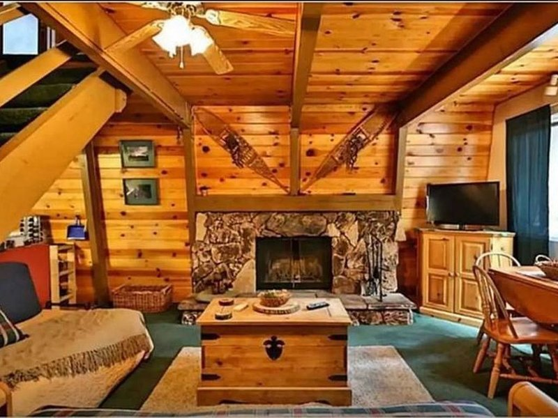 Bear Mountain Hideaway, Cabin w/ Spa, alquiler de vacaciones en Moonridge