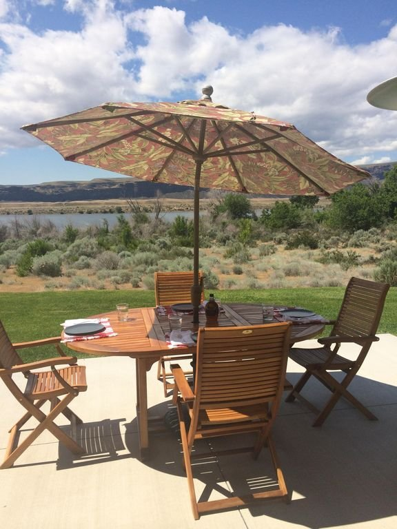 Preciosa terraza con vistas al río, perfecta para disfrutar del aire libre!