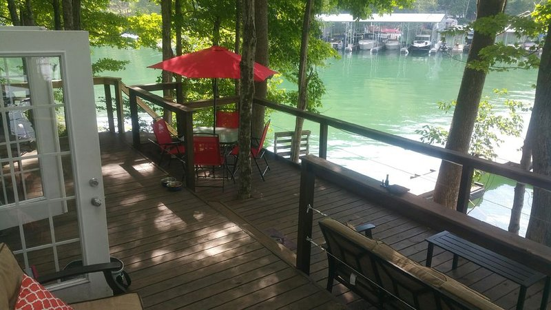 The Little Dipper! Lake front trendy tiny home with private boat dock! Sleeps 5!, location de vacances à Norris