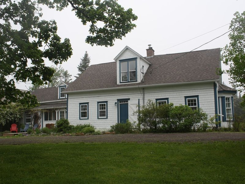 Two-Century-Old Cottage, Cozy And Full Of Charm, Within View of Bay Of Fundy, alquiler de vacaciones en Gardner Creek