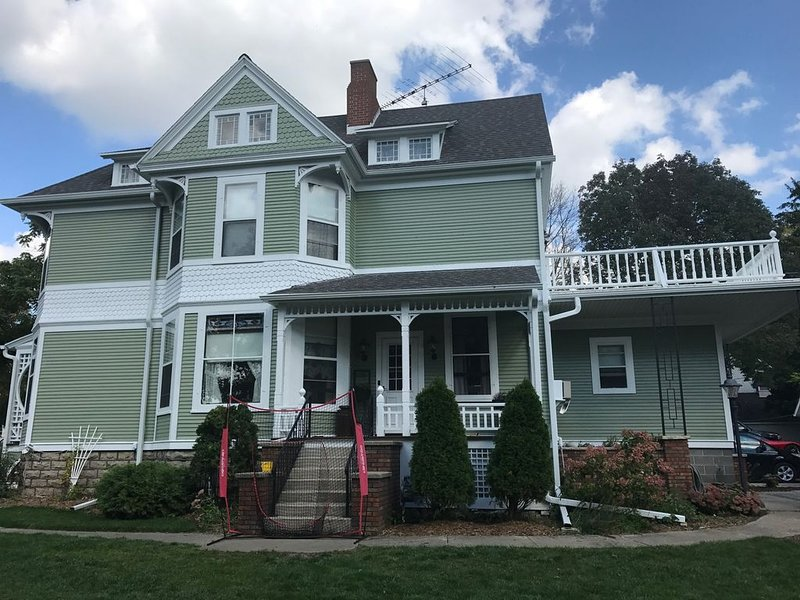 Old Victorian with great outdoor space, vacation rental in Fond du Lac