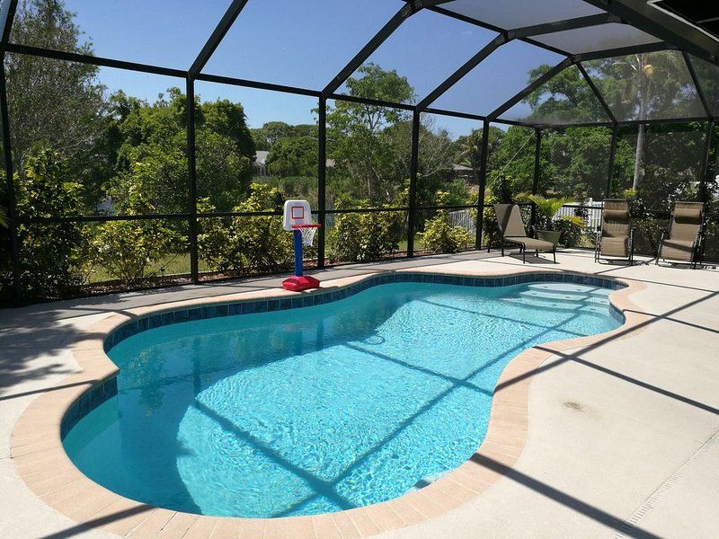 Beautiful 3BR Vacation Heated Pool Home, Bradenton, 7miles to Anna Maria Beaches, holiday rental in Bradenton