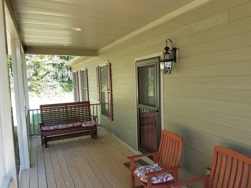 Magnifique porche couvert avec des sièges