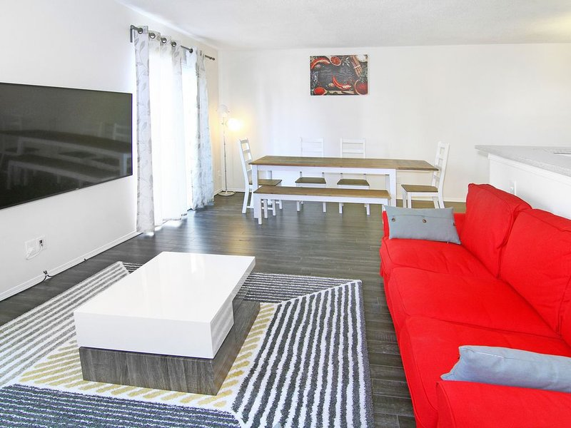 Salon principal avec une énorme télévision 65k 4k avec Chromecast et des tonnes de chaînes
