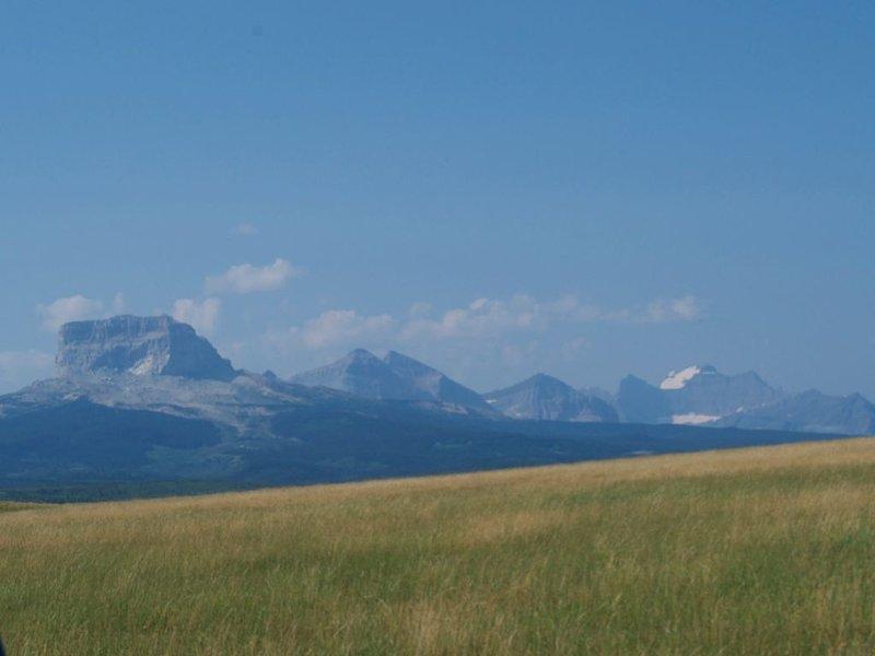Vista desde las colinas detrás de nuestra casa. La montaña en frente se llama Chief Mountain