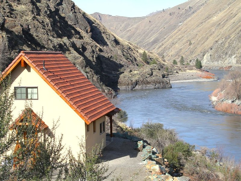 Charming Casita With Spectacular River Views and Beach Access, location de vacances à Riggins