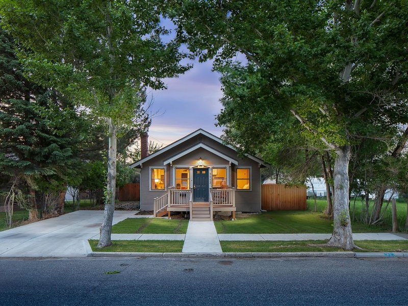 Delightful DOWNTOWN CODY Craftsman Style House !!, vacation rental in Wapiti