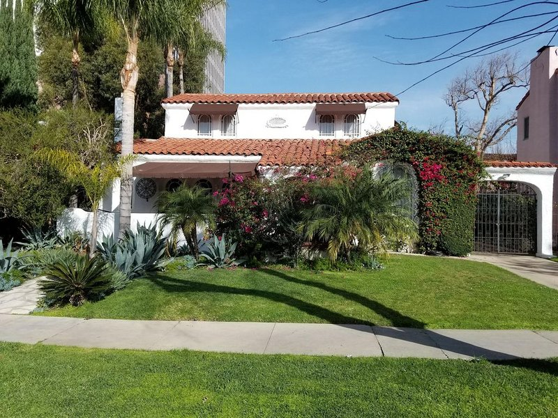Beautiful Spanish Manor w/ Pool and Amazing location in Historic Carthay Circle – semesterbostad i Los Angeles