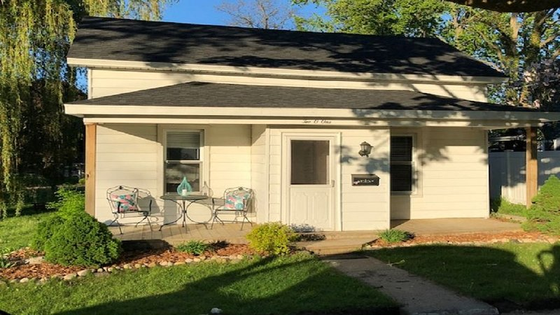 Huge corner lot, home is a 2-minute walk to beach, playground, and park, holiday rental in Kewadin