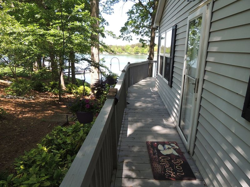Private Lake Cottage on the water with fireplace, with boat dock and huge deck!, location de vacances à Denver