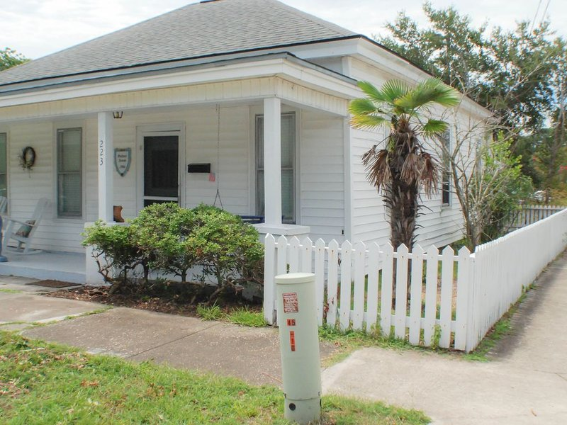 Historic Corner Cottage - Beaufort, location de vacances à Harkers Island