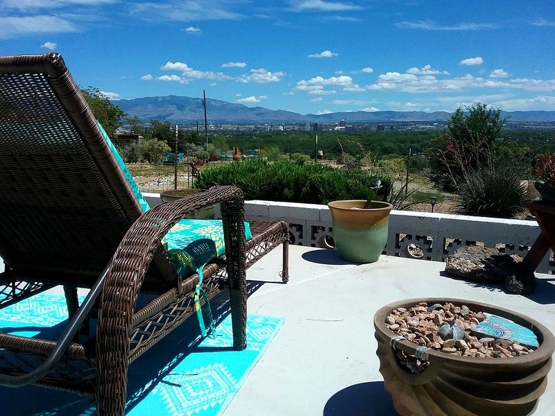 Secure carport, amazing Views and Reviews!  Private suite with patio., holiday rental in Albuquerque