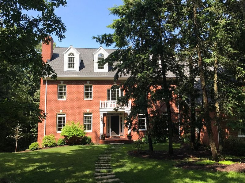 Gorgeous Colonial Home!  Great for large family gatherings! Sleeps 25+, holiday rental in Allenwood