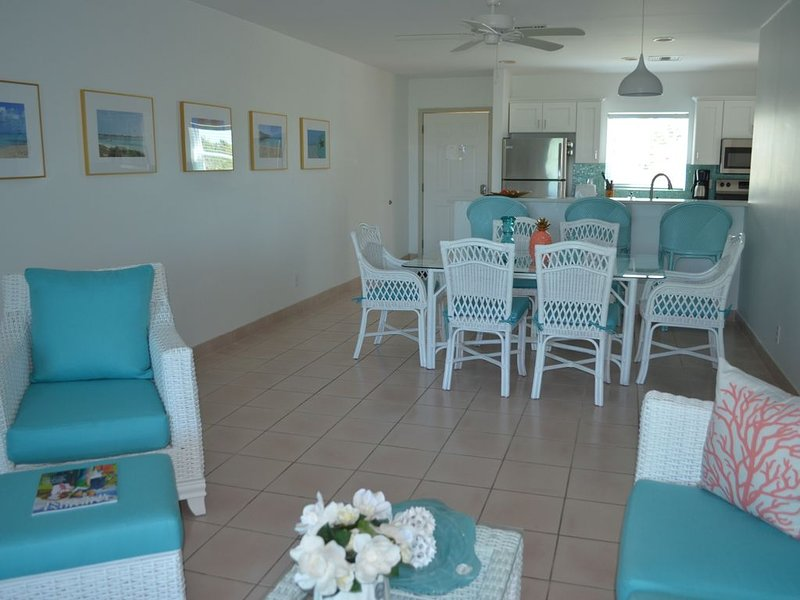 Gorgeous Newly Renovated Condo in Secluded Beachfront Resort, vacation rental in Turtle Cove