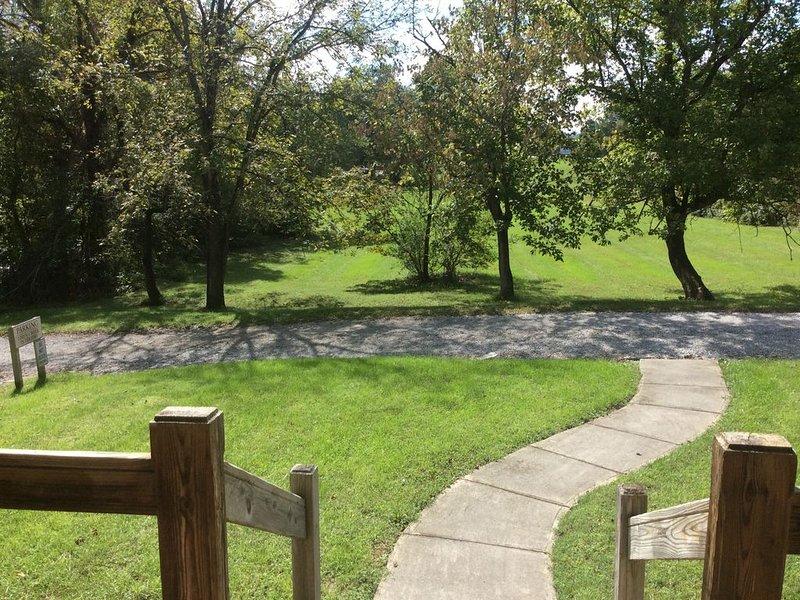 Profitez d'un verre de vin sur le porche entouré d'arbres et de champs des deux côtés.