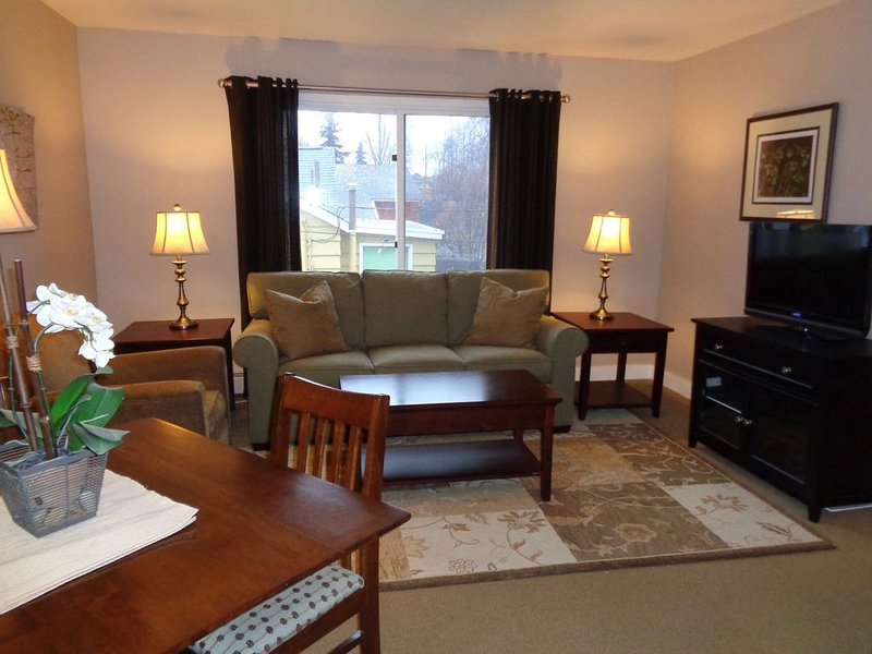 Downtown Anchorage Furnished One Bedroom Apartment, holiday rental in Eagle River