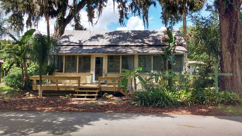 EXPERIENCE AUTHENTIC OLD FLORIDA * THIS CRACKER COTTAGE; WALK TO DE LEON SPRINGS, alquiler de vacaciones en Orange City