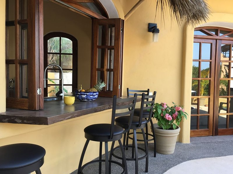 Beautiful vacation home with ocean views nestled in the jungle with a pool, aluguéis de temporada em Chacala