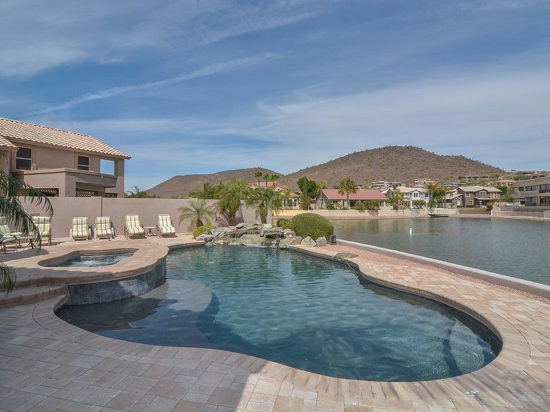 New! Lakefront Oasis with private pool/spa, boat and gorgeous views!, alquiler vacacional en Peoria