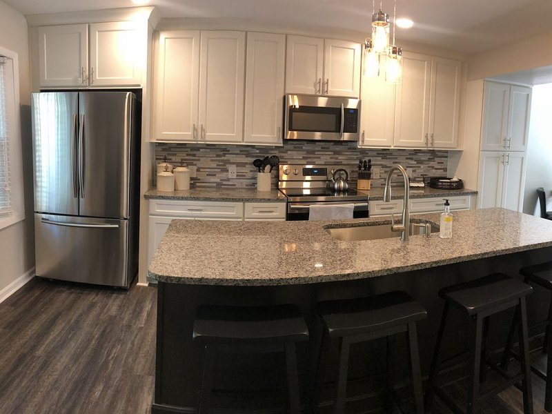 BLACKSBURG - Newly Renovated Luxury Townhouse - 1.1 Miles from Campus, location de vacances à Blacksburg