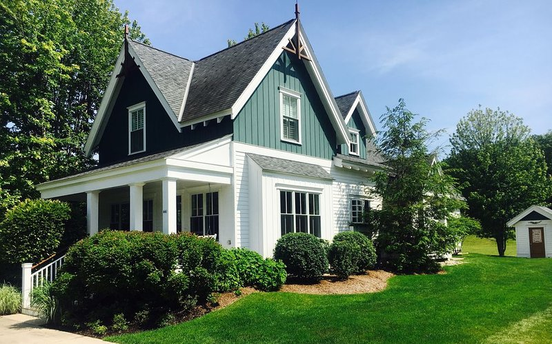 Custom Harbor Springs In-Town Luxury Cottage, holiday rental in Wequetonsing