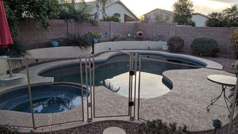 Fun in the Sun, Heated Pool* & HotTub (*Mar-Oct), holiday rental in Peoria