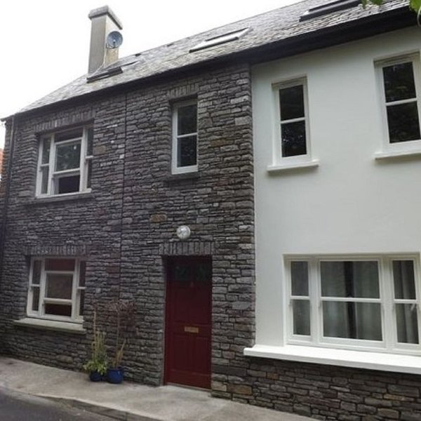 Modern Home in the Heart of Rosscarbery Village, casa vacanza a Clonakilty
