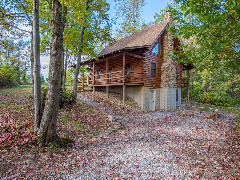Cozy 4 bedroom cabin with close proximity to Old Man's Cave, vacation rental in Logan