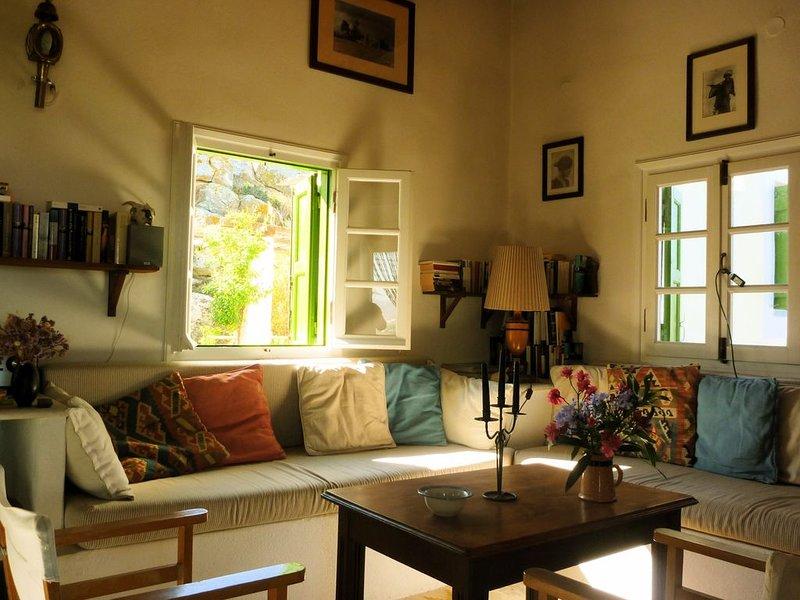 Idyllisch und ruhig gelegenes Haus mit phantastischer Aussicht, holiday rental in Glinado