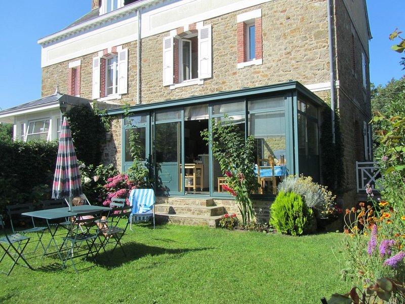 Belle villa a 200 metres des plages et des commerces a saint lunaire, Ferienwohnung in Saint-Lunaire