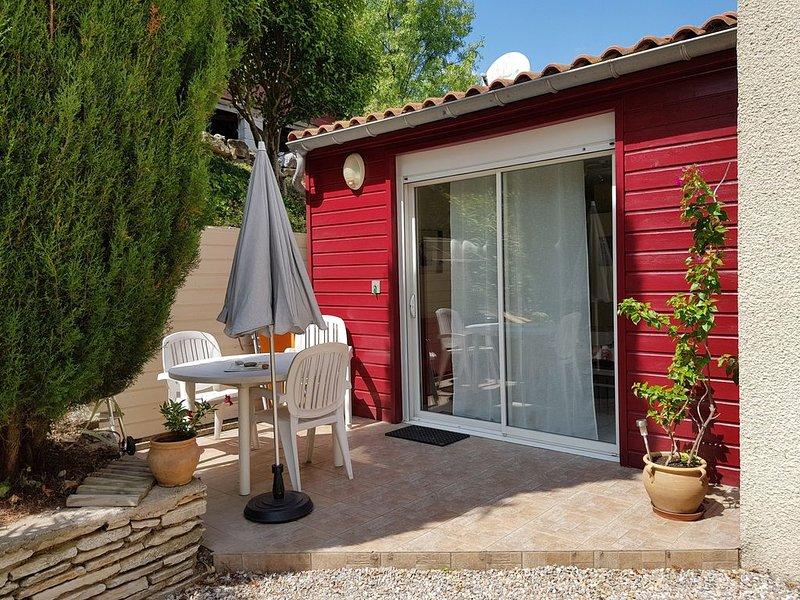 T2, rez de jardin, calme,  proche  de lamalou les bains., location de vacances à Le Bousquet d'Orb
