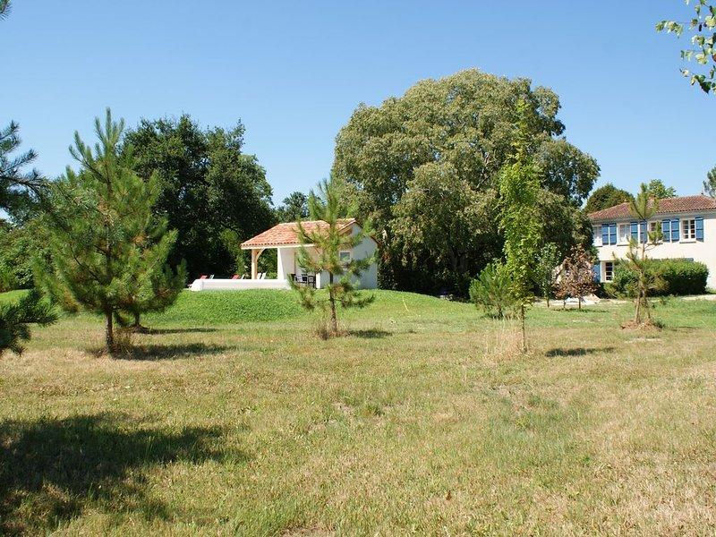LE COTTAGE du Château de Grenier, très confortable, climatisé, parc et piscine. – semesterbostad i Feugarolles