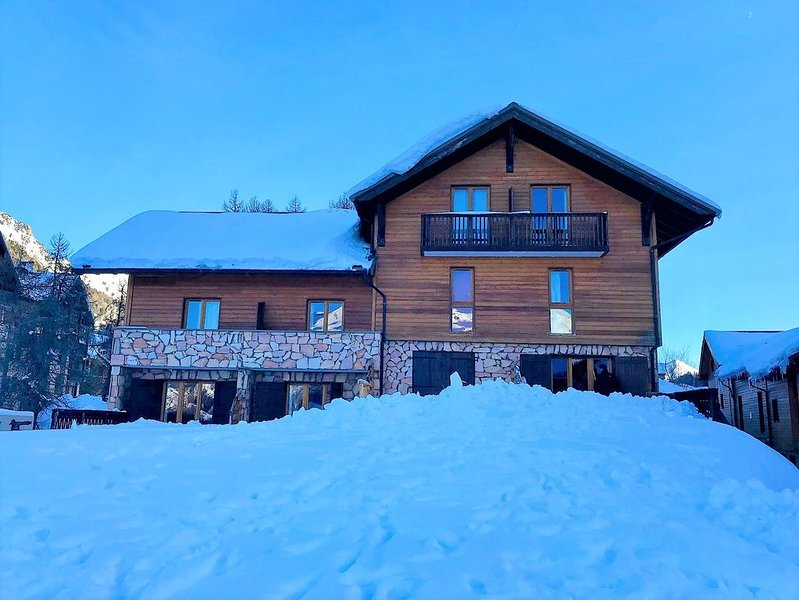 En station PRES PISTES. CHALET cosy & chaleureux, TERRASSE, 4 vraies chambres, holiday rental in Vars